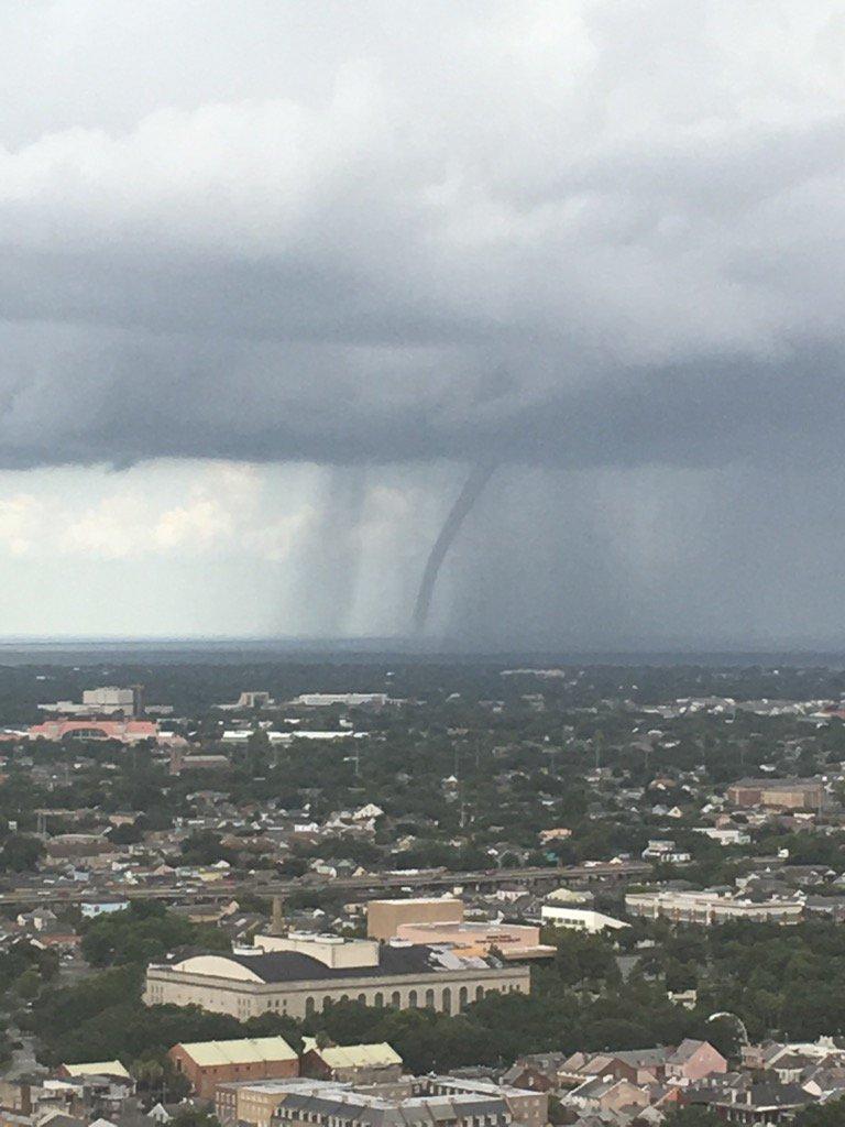 Waterspout over Lake Pontchartrain in New Orleans https://t.co/TsMHf1Ckf8 @bobwarren66