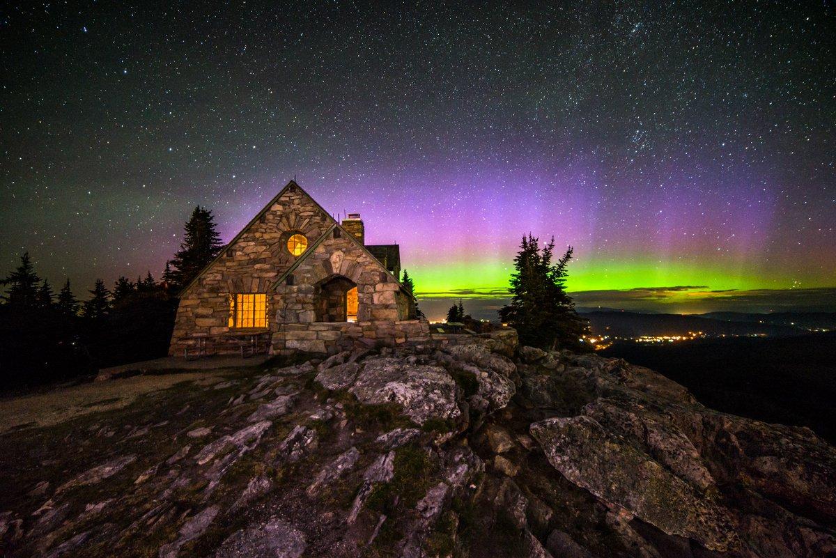 GASP!  Last night's #Aurora illuminates the sky behind the Vista House on Mt. Spokane! Pic: Craig Goodwin https://t.co/FBhn6TaSLB