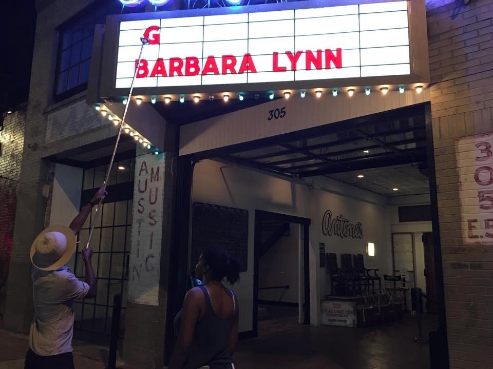 PSA: @GaryClarkJr surprise gig @AntonesNightclb tonight. Here's Gary putting his name on marquee. Tix at door. #fb https://t.co/i0H1SgJPkR