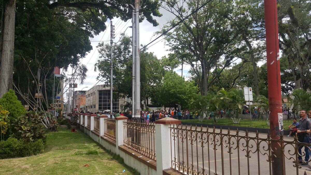 #Maturin #14J Múltiples intentos de saqueo en el centro de Maturin por varios grupos y protesta frente a Gobernación https://t.co/I7M70IChcj