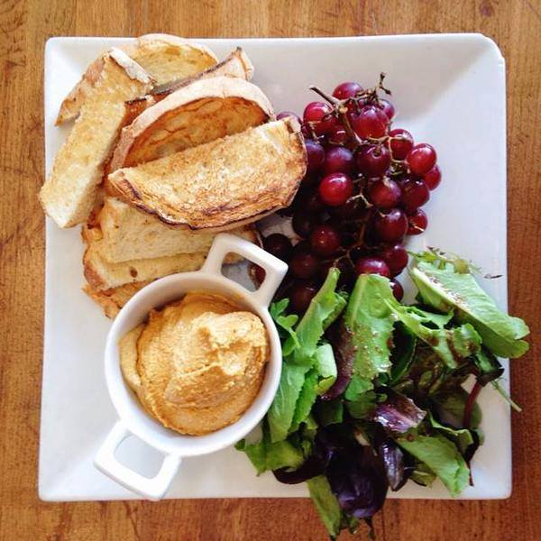 Our Cashew Cheese Plate! #WhatVegansEat https://t.co/0kRdRq4Sj0