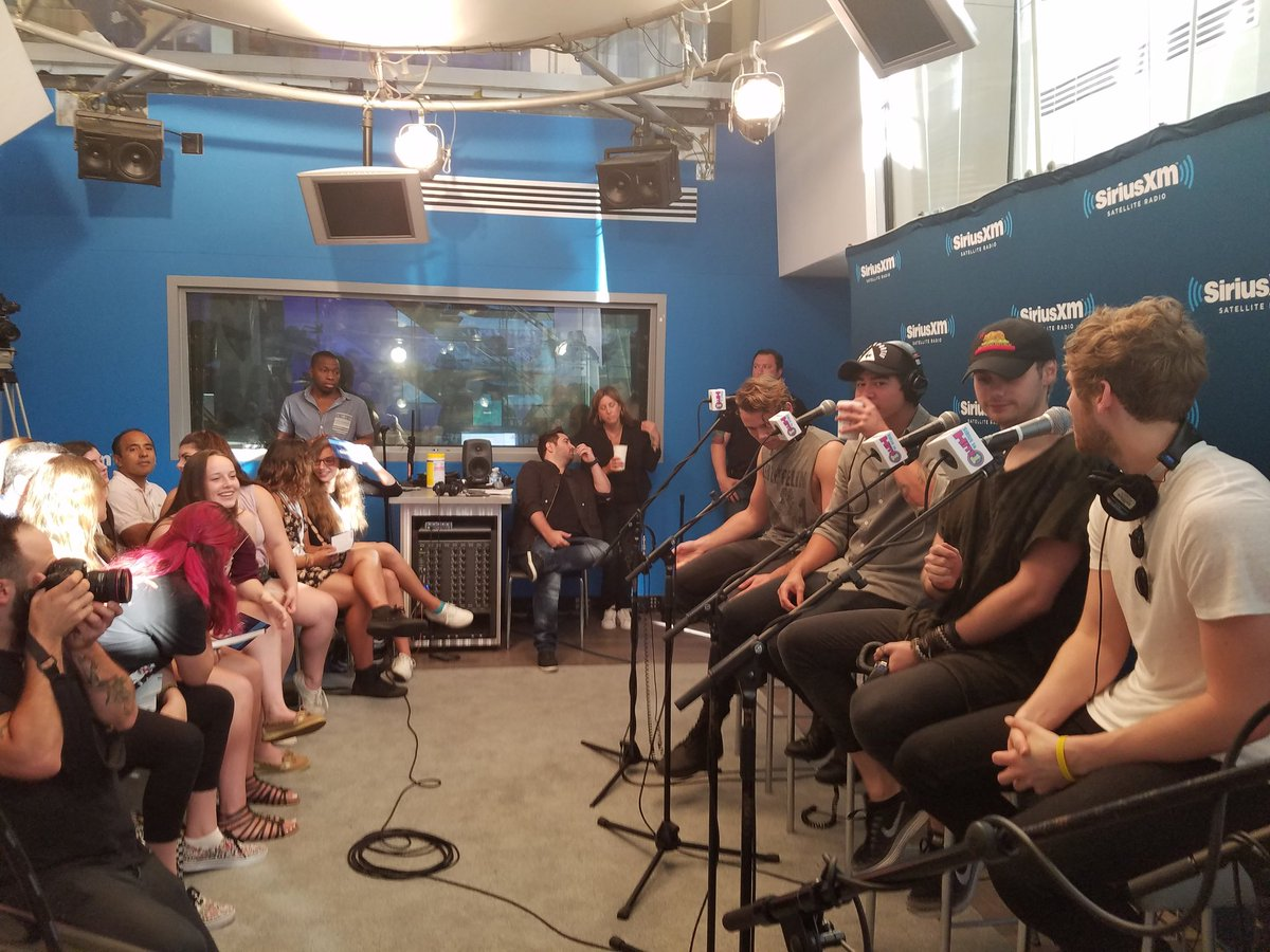 @5SOS on @MorningMashUp #GIRLSTALKBOYS @SiriusXMHits1  #MMUCelebritySessions https://t.co/kJDtwqDoAN