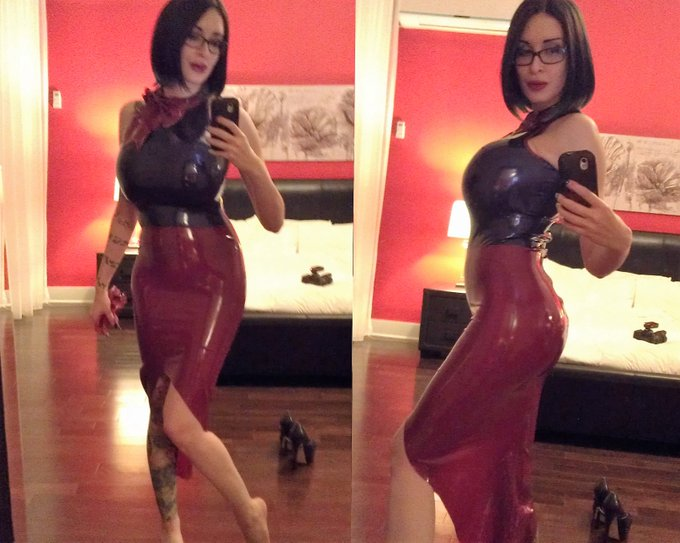 Both color match so well together, don't you agree? https://t.co/EFBMk8vcee #latex #shiny #curvy #sexybabe