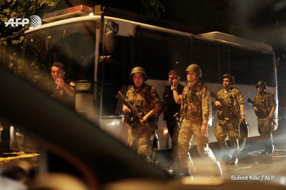 #ULTIMAHORA La cadena pública anuncia toque de queda y ley marcial en Turquía (comunicado del ejército) #AFP https://t.co/M5RINRuPBf