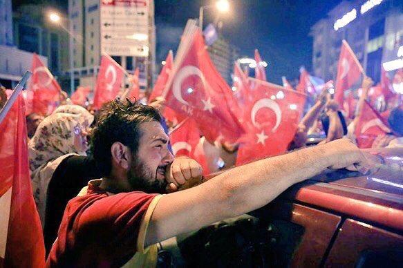 تركيا : الصورة الأكثر تأثيراً وانتشاراً لمواطن تركي يبكي خوفاً على وطنه ، نسأل الله أن يحفظ وطنهم وأن يحقن دماءهم https://t.co/S374M9ZZOV