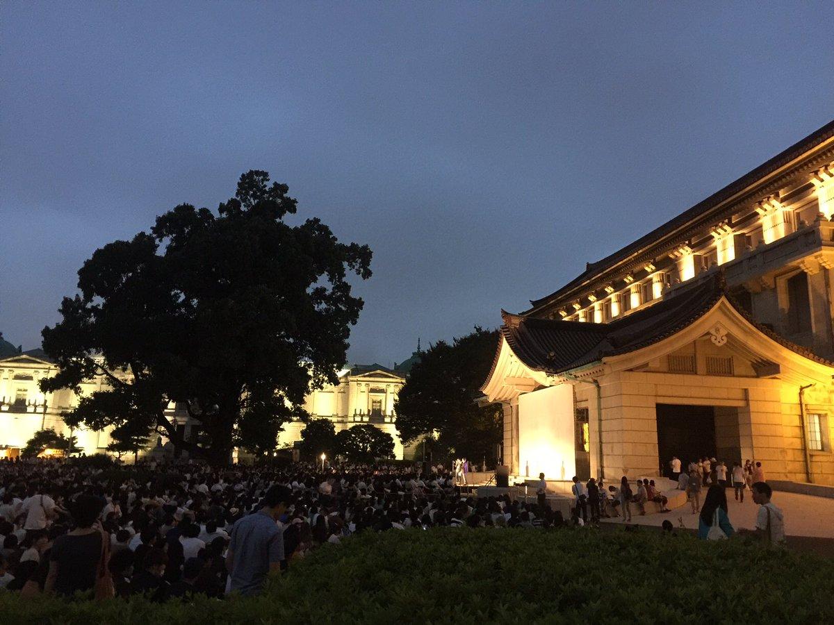 『時をかける少女』東京国立博物館にて野外シネマ!上映後に歌わせて頂きました!たくさんの方と、時かけを共有できて最高の空間でした!角川のプロデューサー千葉さんと、スタジオ地図プロデューサーの齋藤さんと記念撮影☆有難うございました! https://t.co/BuiBRgiXHc