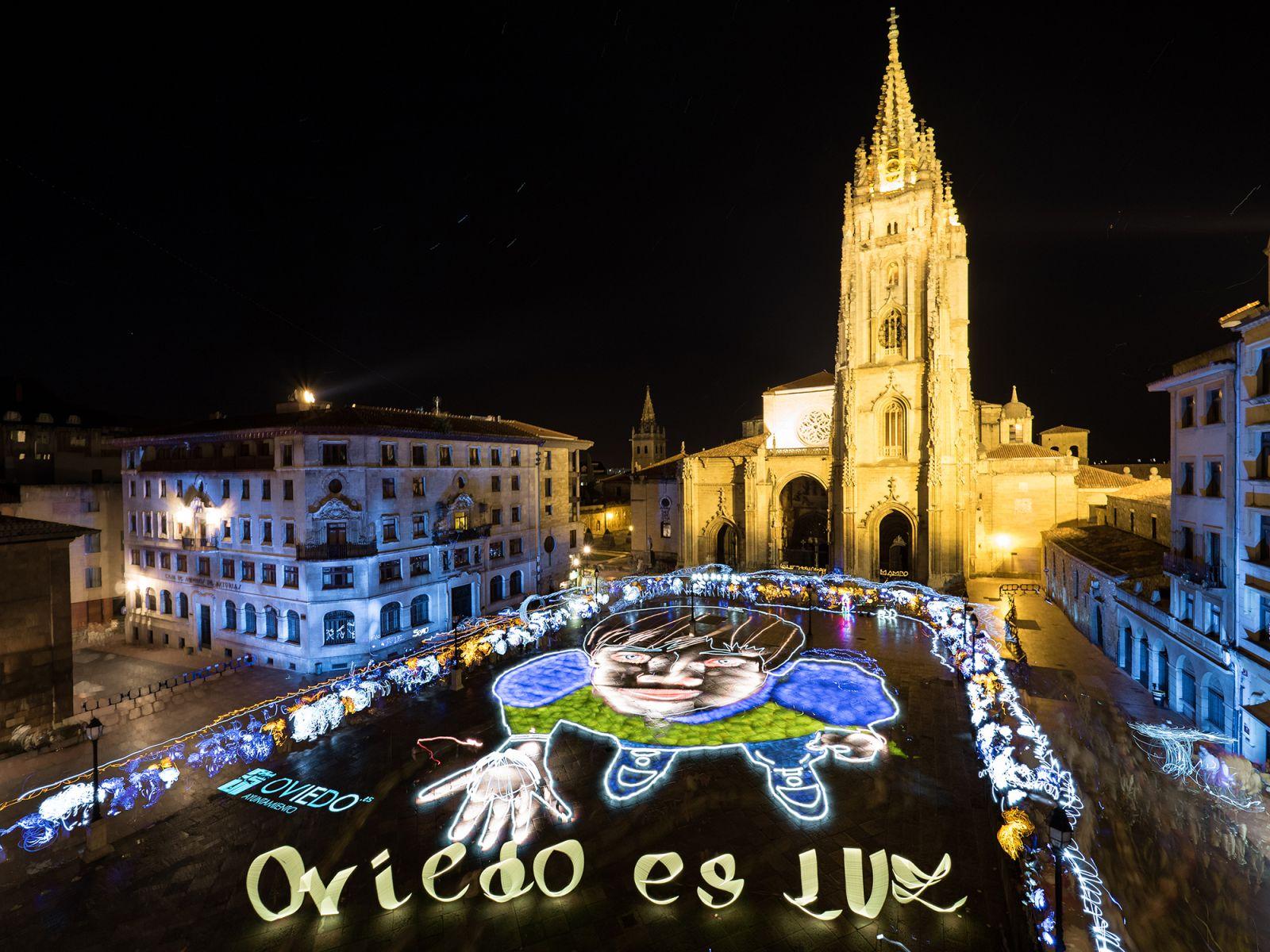 700 personas participaron anoche en #OviedoEsLuz, foto masiva de #lightpainting diseñada por @sfhir https://t.co/fDlb9x1YBk