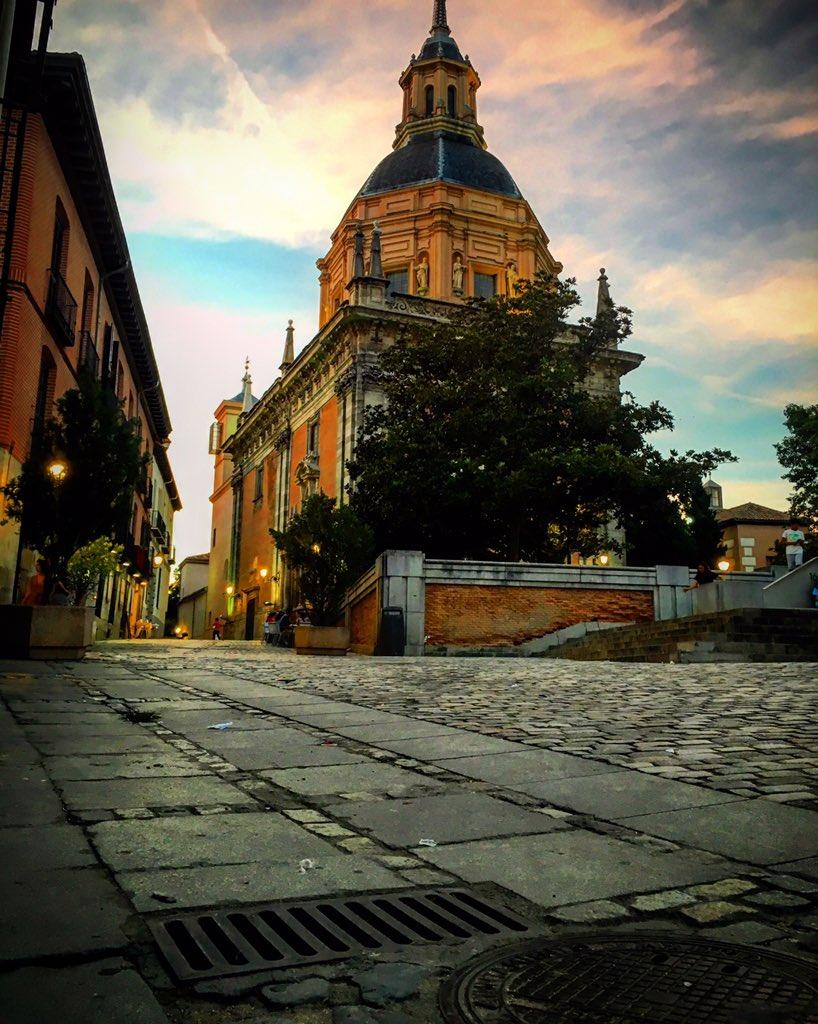 Muchas veces pasando por la Iglesia de San Andrés hasta que por fin la capturé como quería. #madrid #latina https://t.co/0aYrqMMVdT