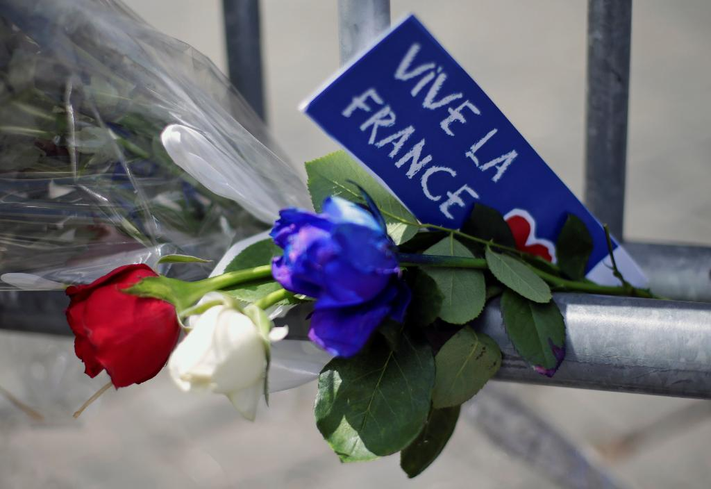 French travel shares drop after Nice attack, and other MoneyWatch headlines