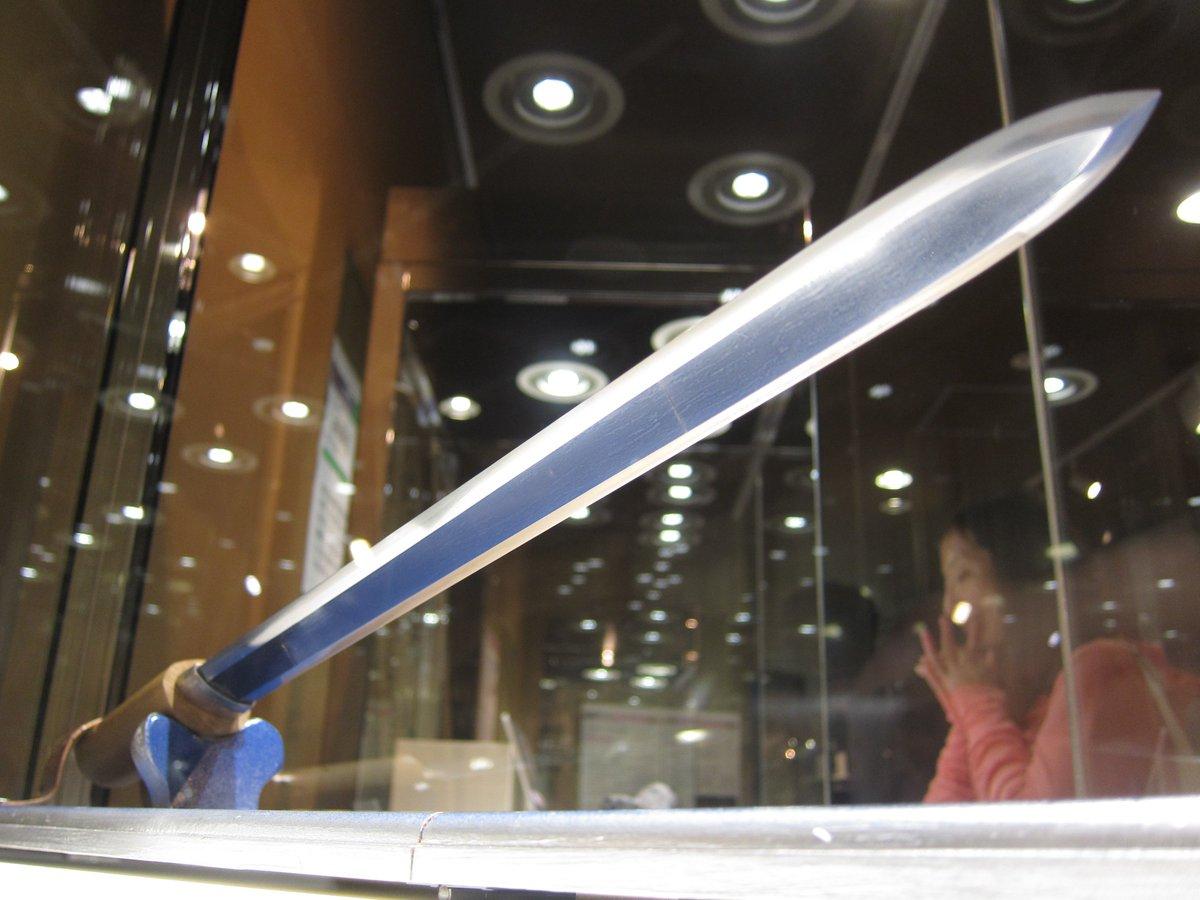 明石市立天文博物館の隕石展。隕鉄から作った貴重な「隕星剣」。隕鉄独特の模様が表面に浮き出ていて見ごたえあるのです。(・∀・) https://t.co/IunfLkwQsQ