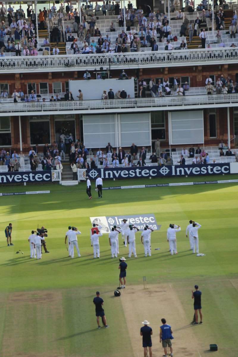 ... and a salute to the flag as well from Pakistan's players ... what a sensational Test match #ENGvPAK https://t.co/RqhCqUVvMs