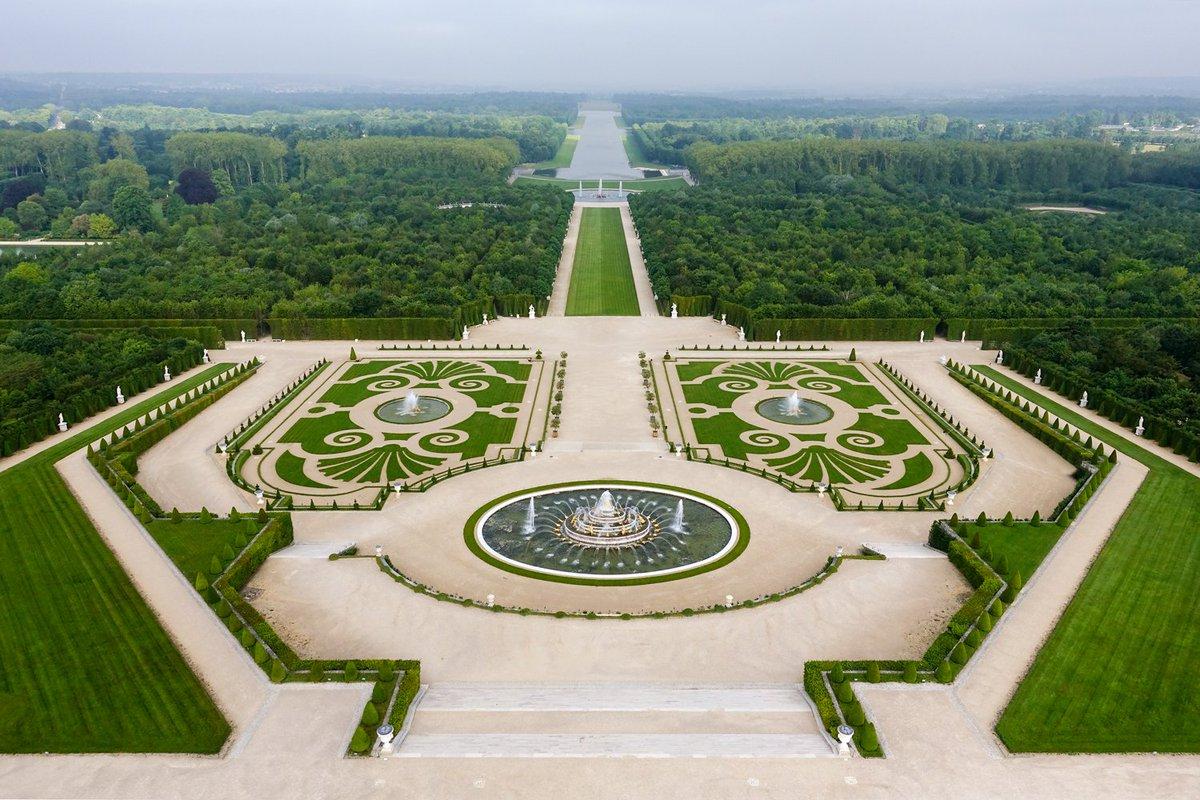 Vue aérienne des jardins à la française du château de versailles #palaceday - scoopnest.com