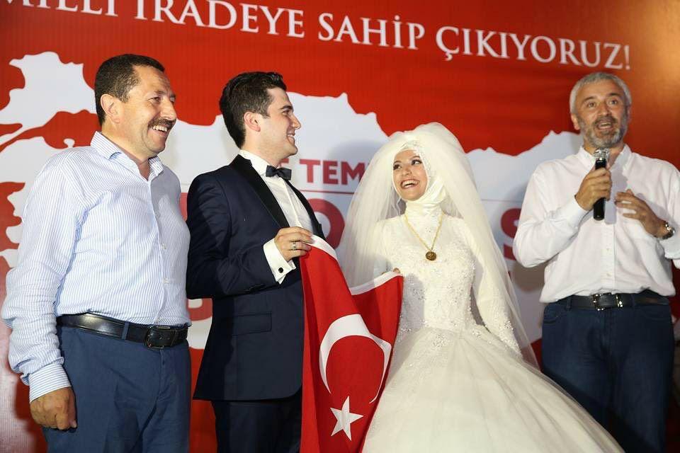 عروسان استجابا لدعوة أردوغان وقرّرا النزول للميدان بلباس الزفاف رافعين العلم التركي https://t.co/C2h5E4sUsT