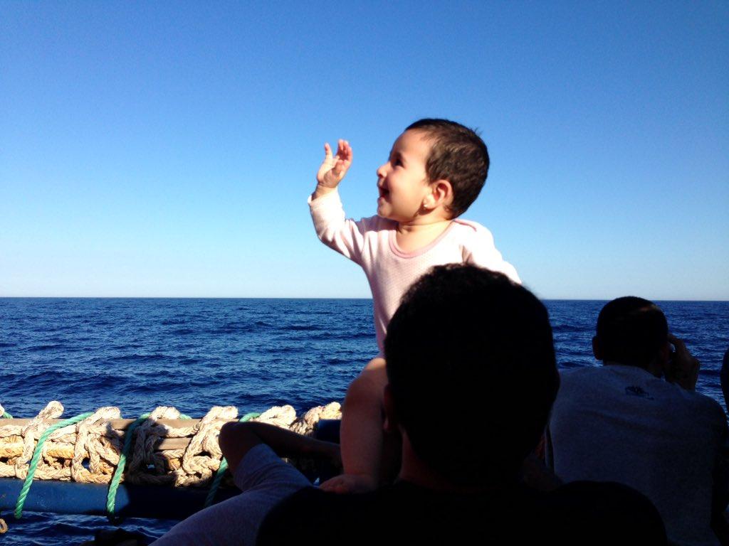 Definición de felicidad. Niña siria de diez meses con su padre tras ser rescatada en el Mediterráneo. https://t.co/foW2GUDNz6