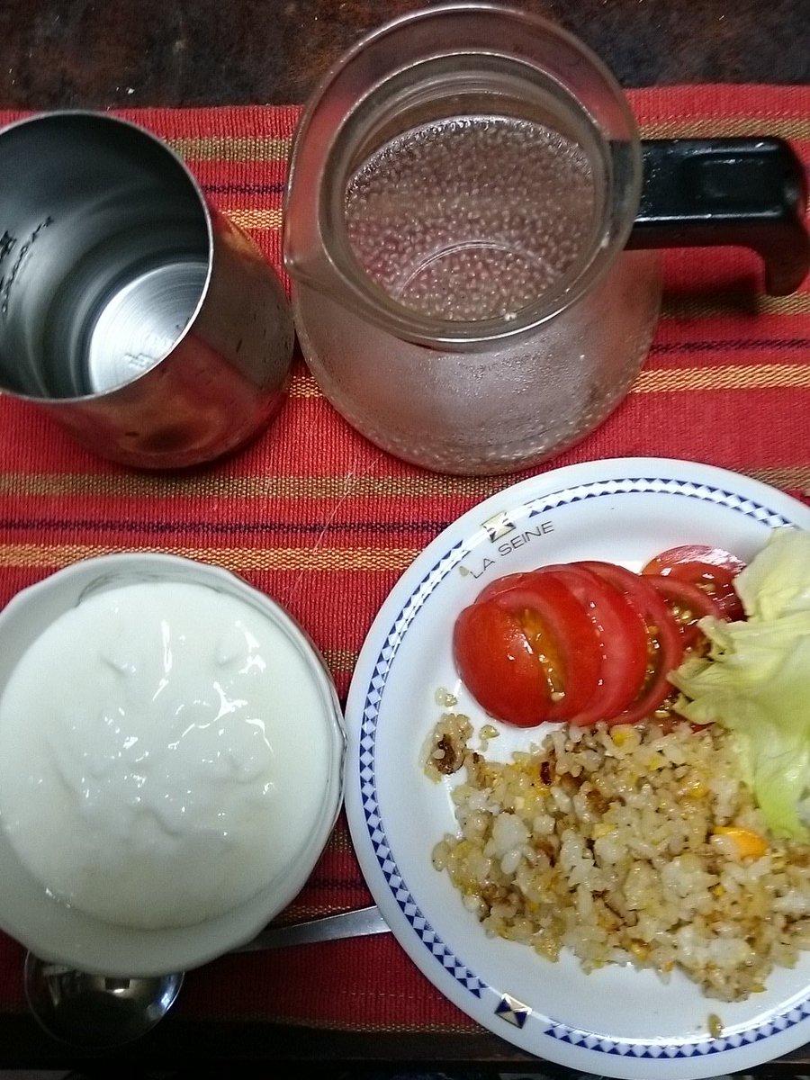 お昼ご飯! チャーハン トマト レタス ヨーグルト チアシード入りレモン水 https://t.co/CxJMFbDS9J