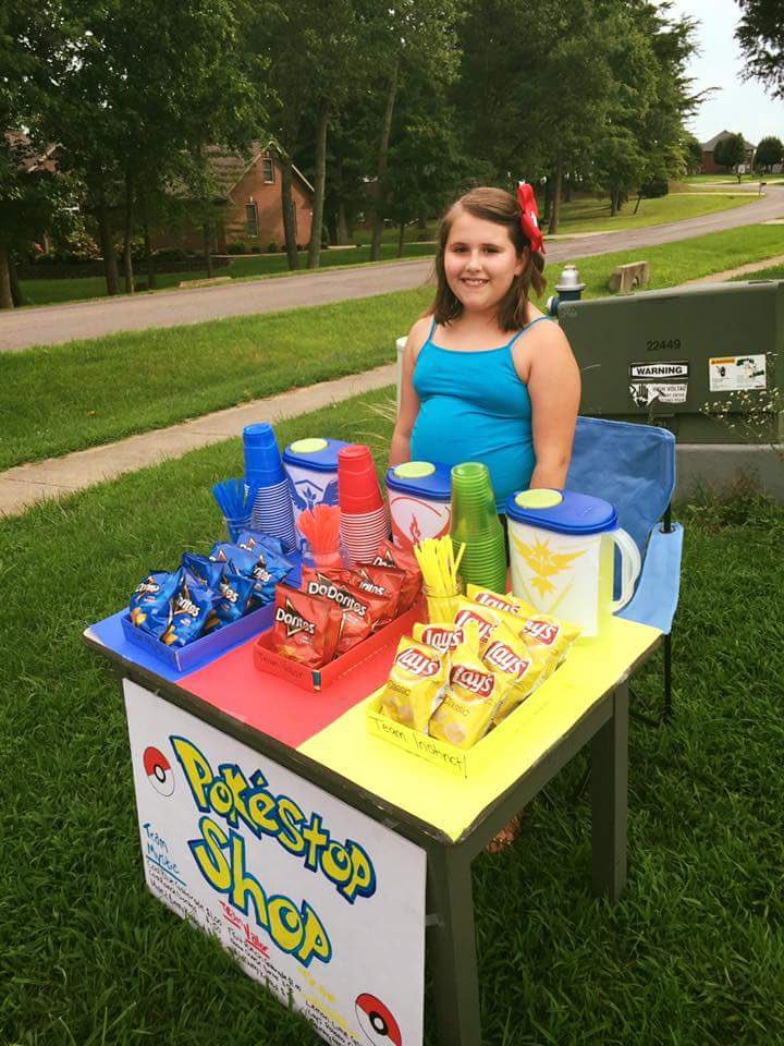 This girl is so clever, she took advantage of Pokemon Go's hype, and made this Pokestop by her home! https://t.co/gJXJphBDsX