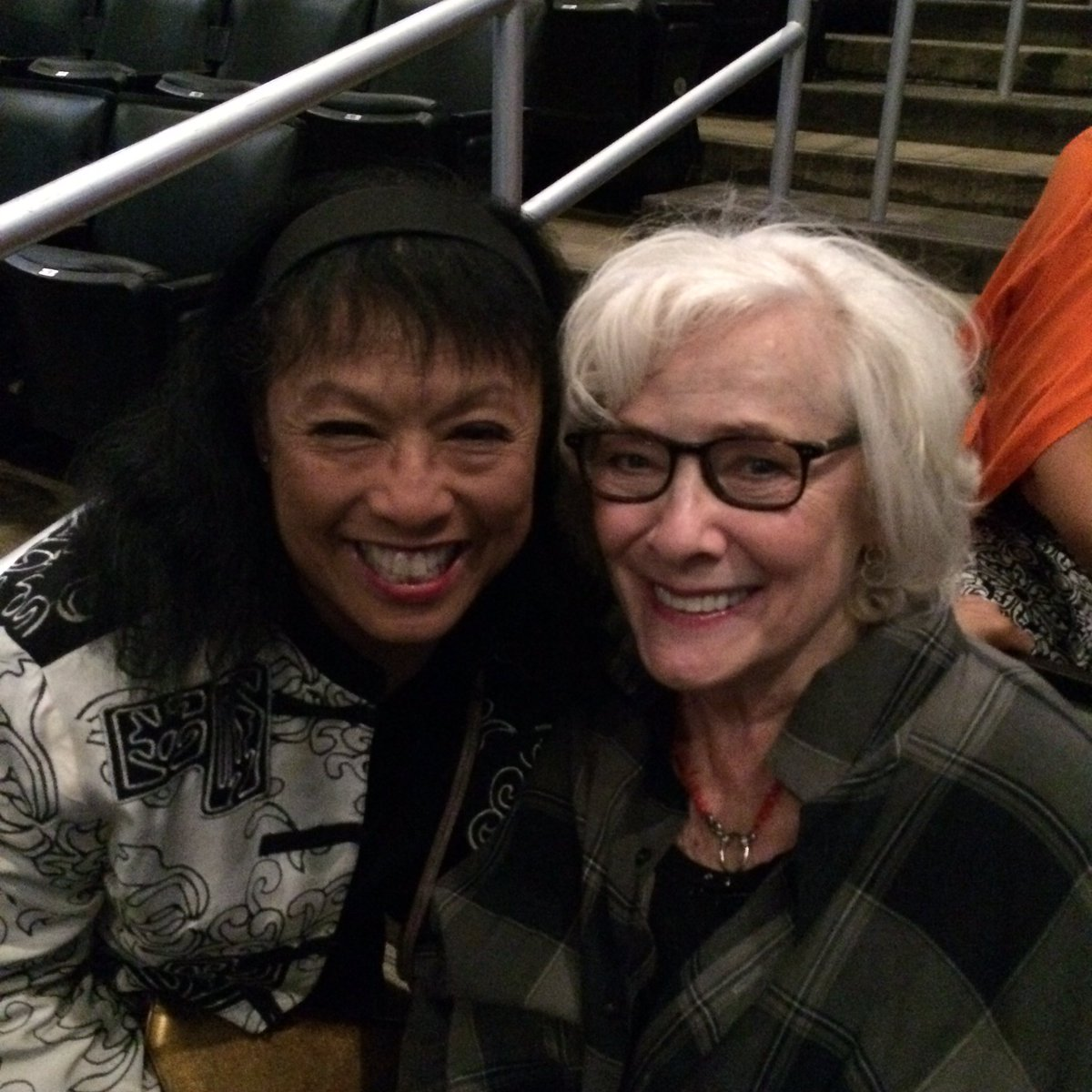 "It's a ""Promises, Promises"" reunion at @STAPLESCenter: @baayorklee and @BettyBuckley! -Here to see @BarbraStreisand! https://t.co/ni9nKpcCeq"