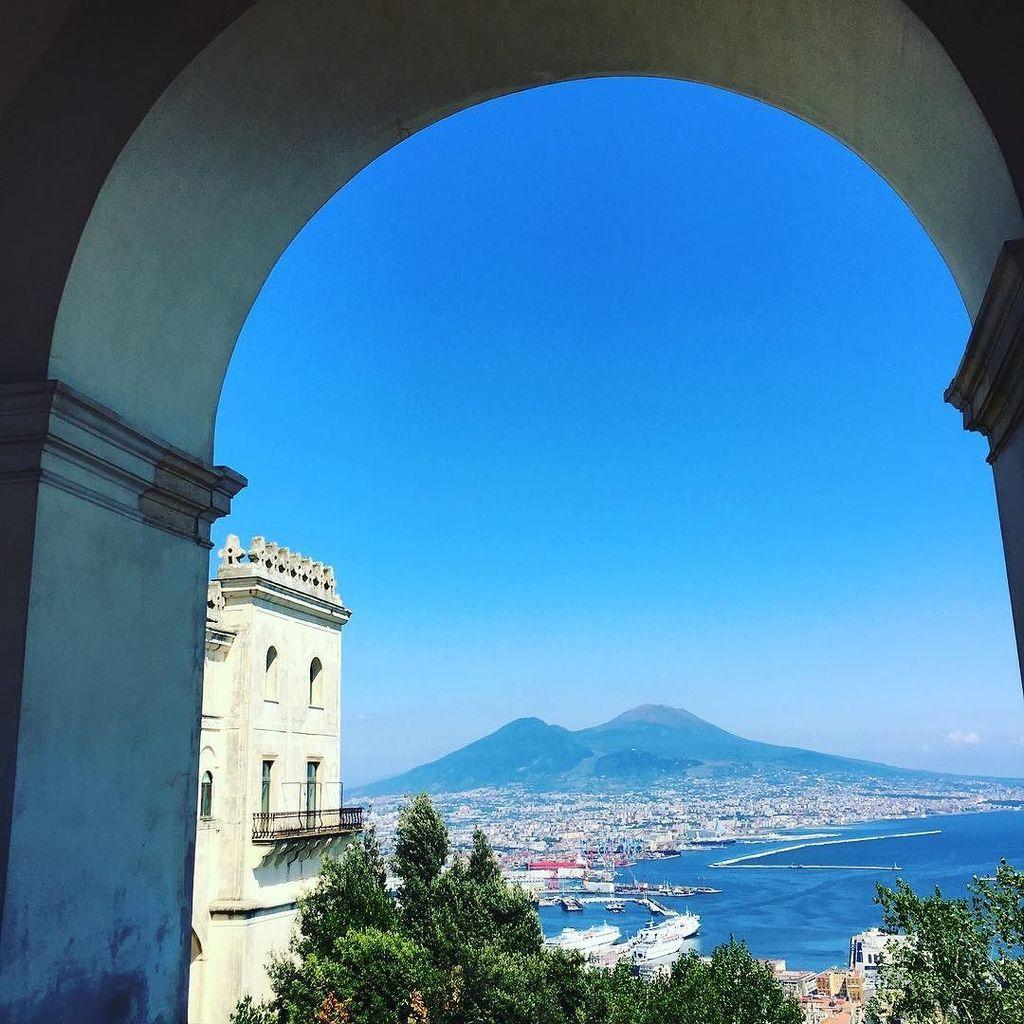 View over Napoli #foto_napoli #italy #napoli #vesuvio https://t.co/Jqw7AVyzd8 https://t.co/9CR6LbgmbF