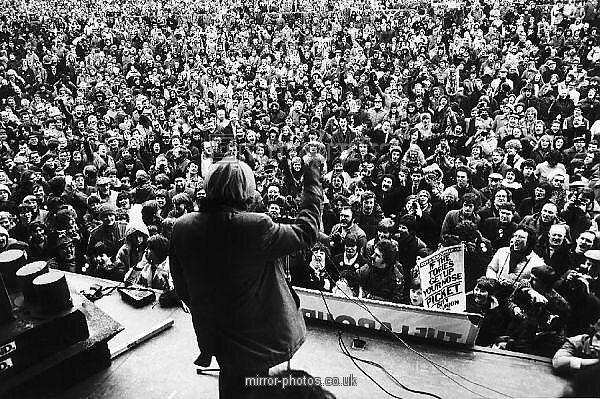 .@MrJPenders Michael Foot addresses rally of 40,000 in York just before being elected Prime Minister in 1983. https://t.co/YBLdgMgqsi