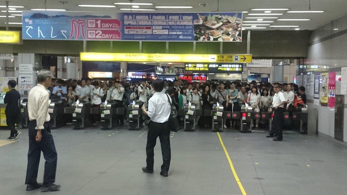 名鉄の金山、名古屋駅では入場制限がかかっておりかなりの人が改札前にいます。  JR東海道本線もこんな…