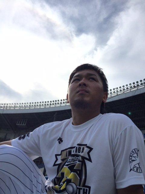 マリンはいい天気です。田村選手、打撃練習を終え、空を見上げながら今日のゲームビジョンに想いを巡らせて…