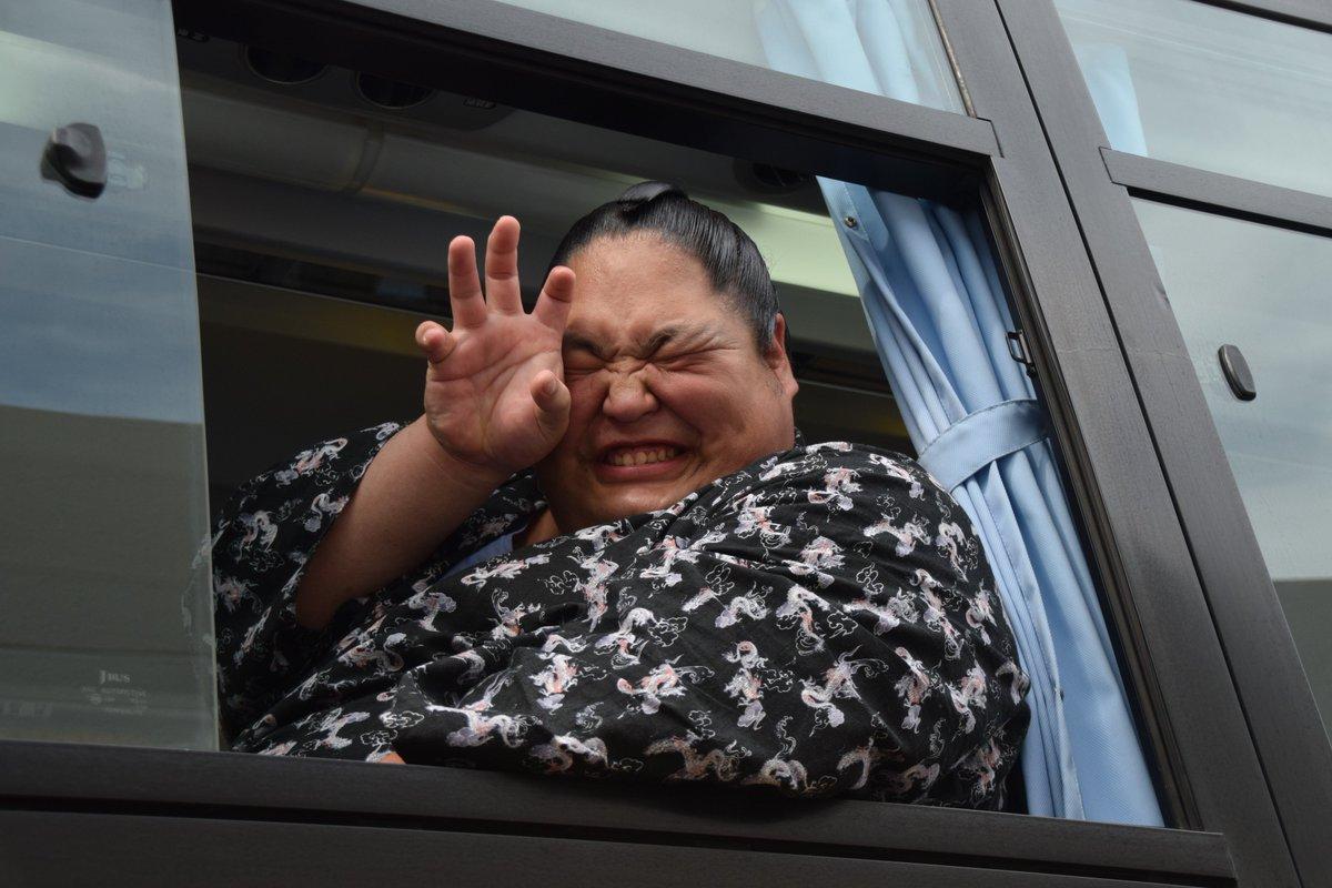 <巡業出発>出発をバスの中で待つ、天風。ポケモンゲットのポーズ。 #sumo