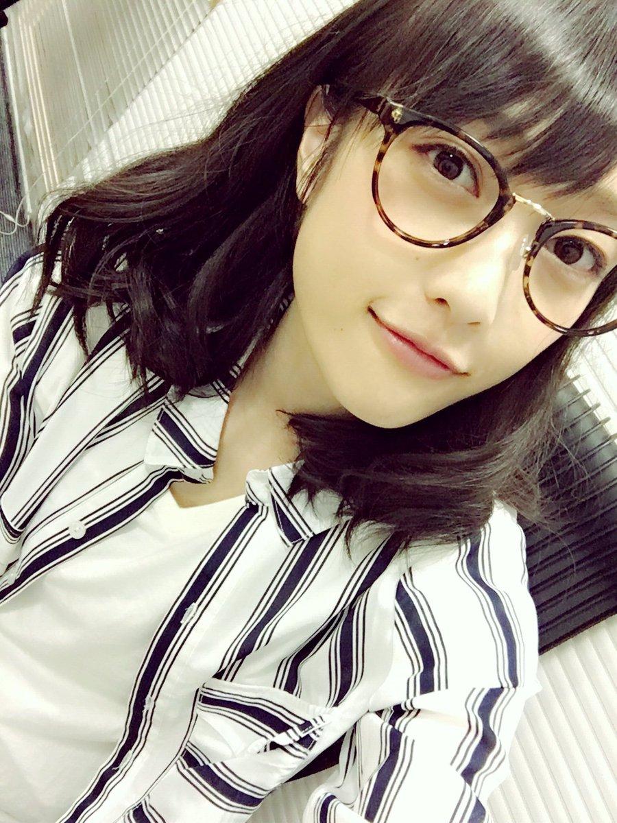 私服チェキ会、わたしのターン終了です(^◇^)今回はラフな服装にしてみたよ。メガネは衣装だとかけられ…