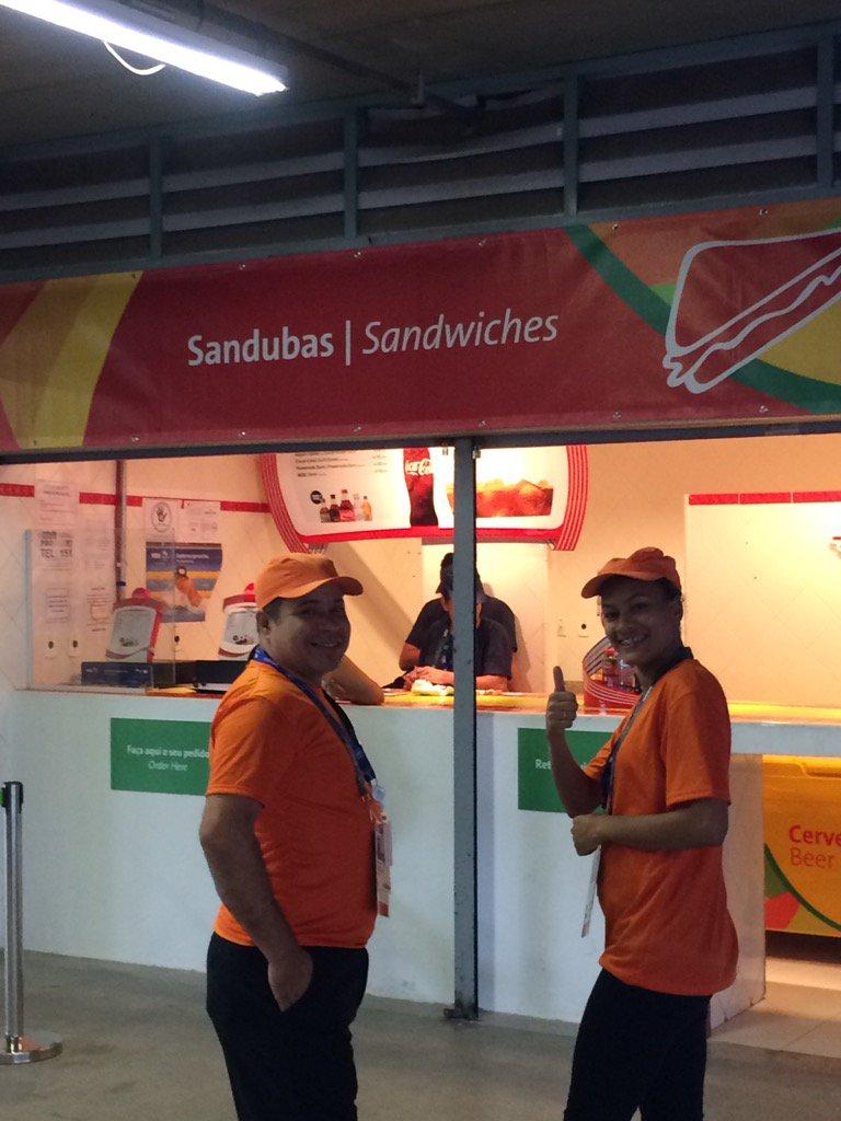サッカー会場の売店。「サンドイッチ」と書いてあるのにポップコーンしか売ってない。確認すると「実はそう…