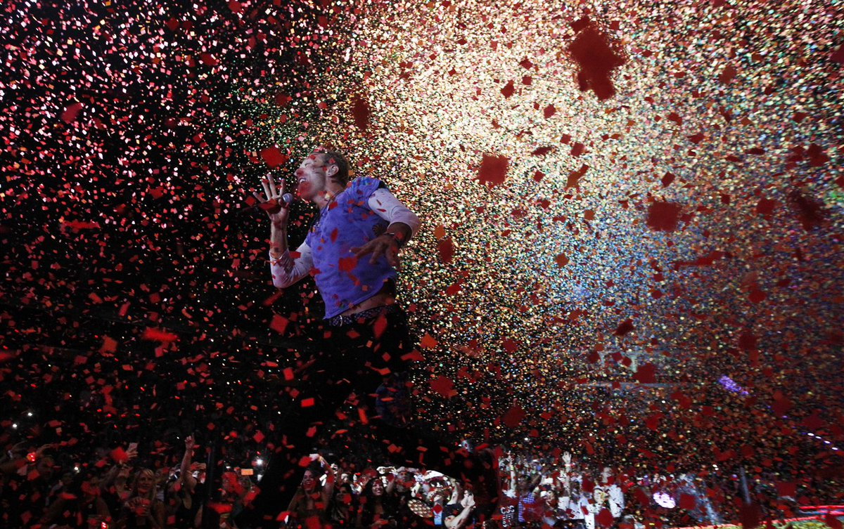 Here's how @SharonCantillon snapped this majestic photo of @coldplay's Chris Martin: https://t.co/whN7BzG2Hc https://t.co/zWEVPwBTc3
