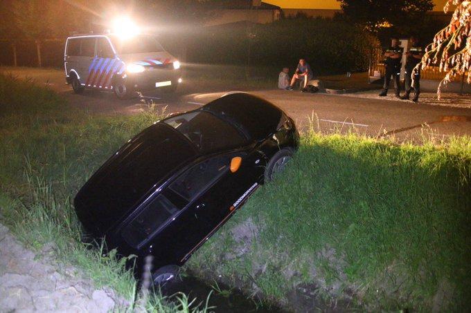 Auto te water aan de Oostbuurtseweg De Lier. Volgens de 2 Polen is de bestuurder gevlucht. Niemand gewond geraakt https://t.co/lA7zANxHs5