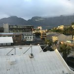 #CapeTown is cloudy, cool and damp this morning. The Mountain view via @KFMza studios: https://t.co/7RStG0xOyL
