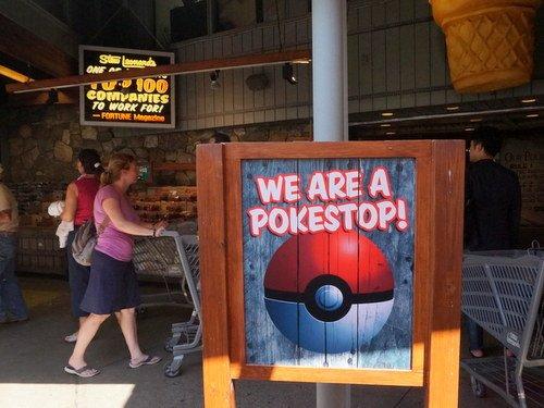アメリカに来てからほぼ毎日聞く言葉。「ポケモンGO」。写真は、NY郊外のスーパーマーケットでみかけた看板。早くも、「ポケモンGO」とビジネスが連動しはじめている。 #ポケモンGO https://t.co/J0ZDZI0ixu