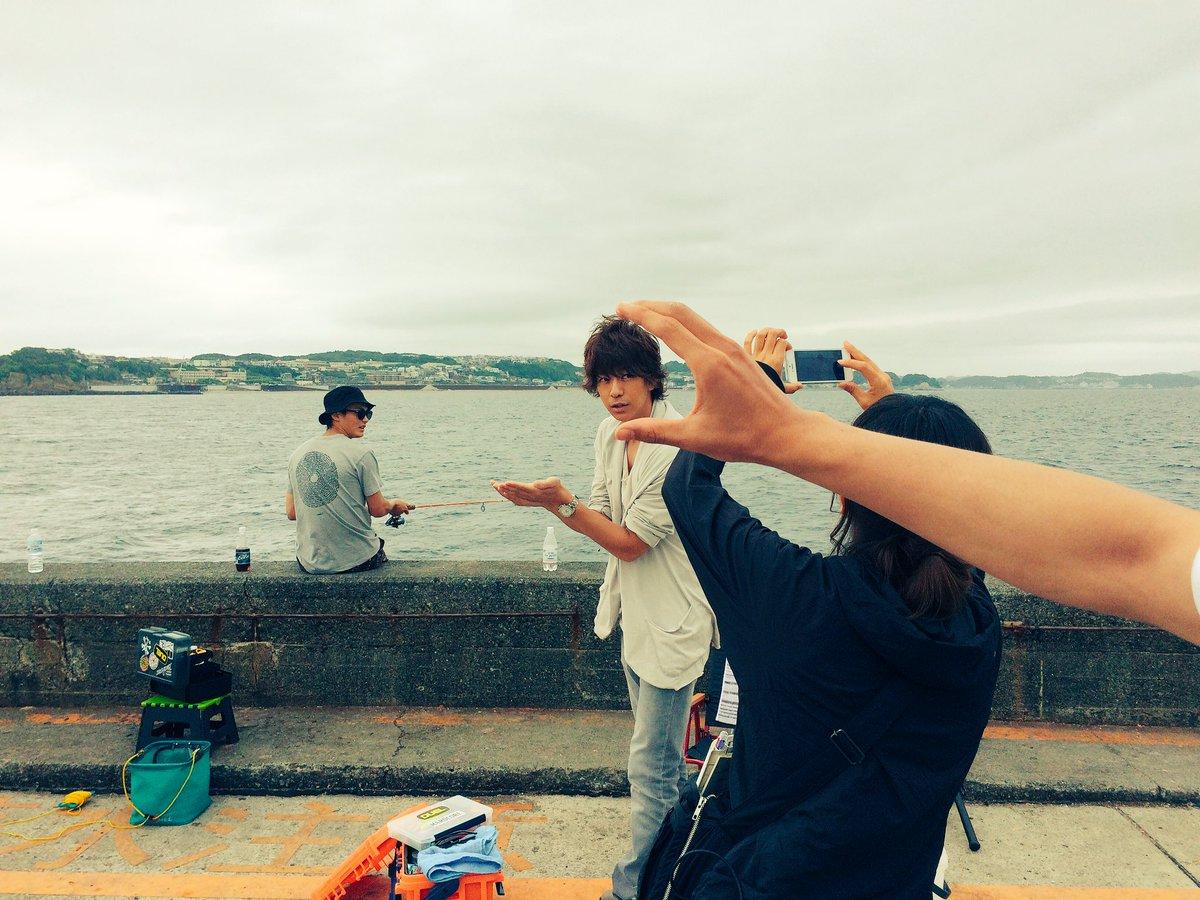 手乗り冬真の写真を取る千秋の顔を掴む夏向の手🤗  今日も撮影頑張ってます👦✨  #好きな人がいること…