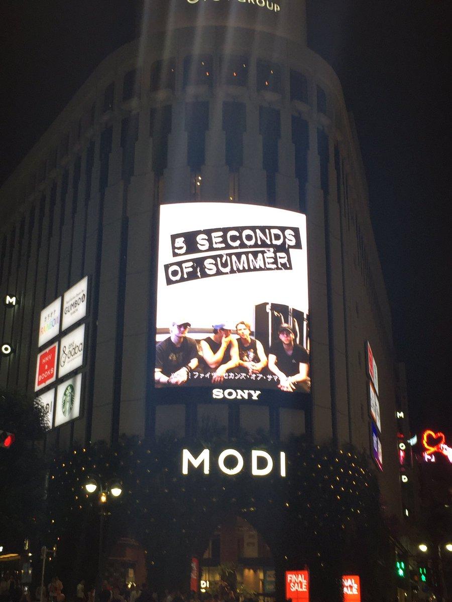 5SOSメンバーの最新コメント入りスペシャル映像が渋谷MODIの街頭大型ビジョンで流れました🙌🎉 渋…