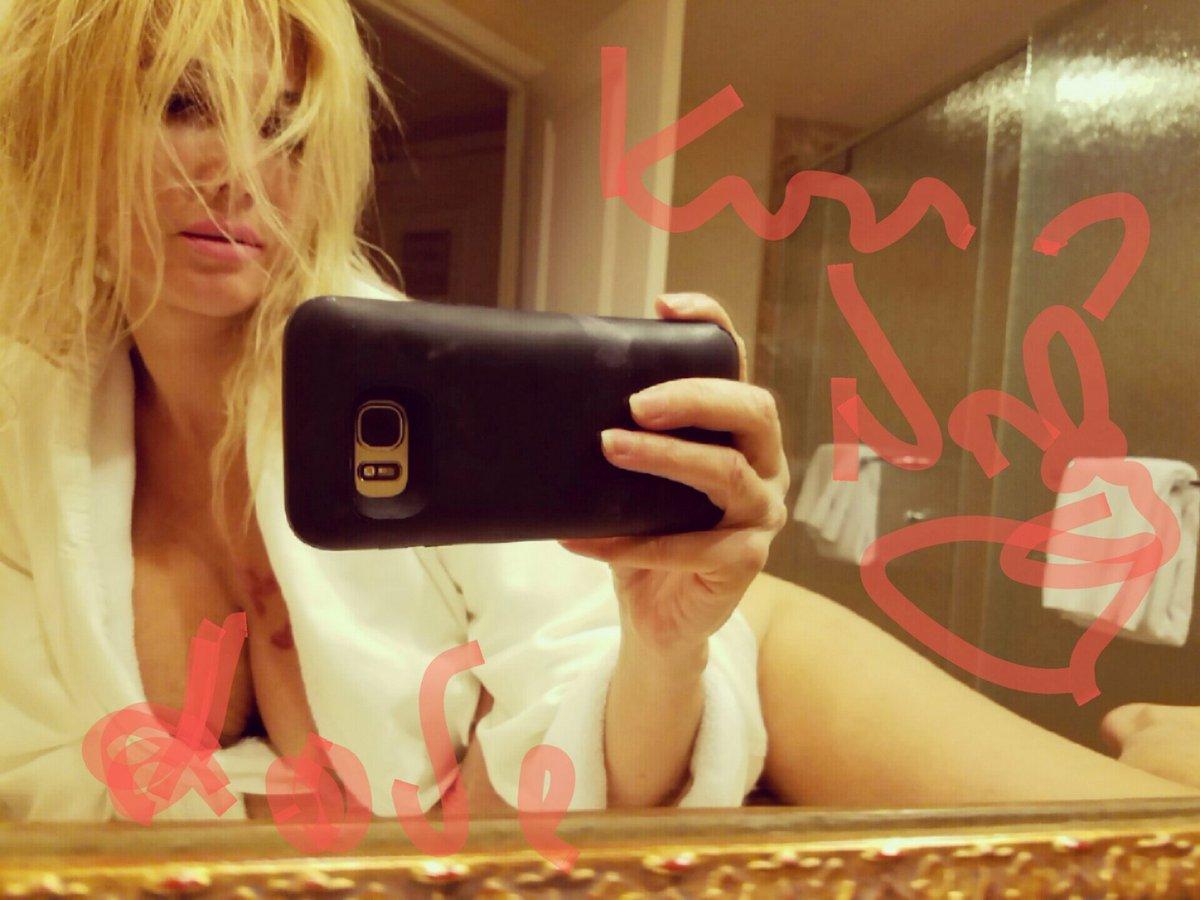 RT @nadeeavolianova: Kiss????to all my fans!!! I love you! https://t.co/5FA5duNxPd