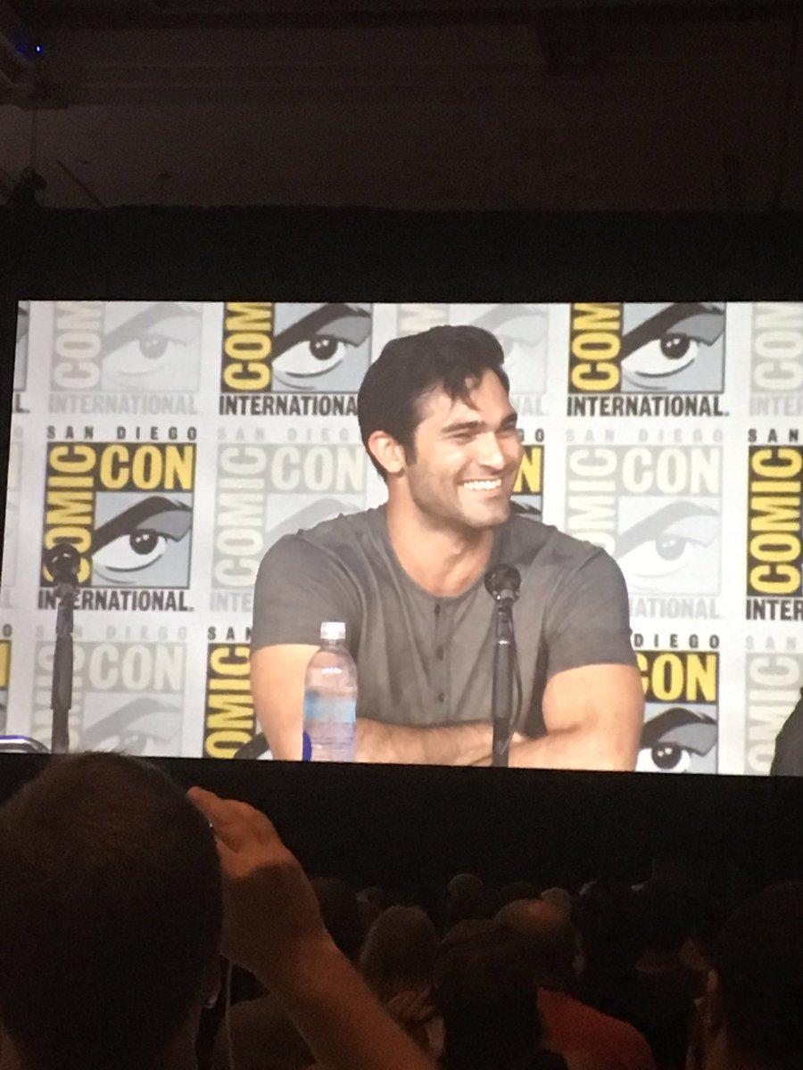 Tyler Hoechlin fez o cachinho do Superman e a plateia foi a loucura. #Supergirl #WBSDCC https://t.co/FGJhHqVWvf