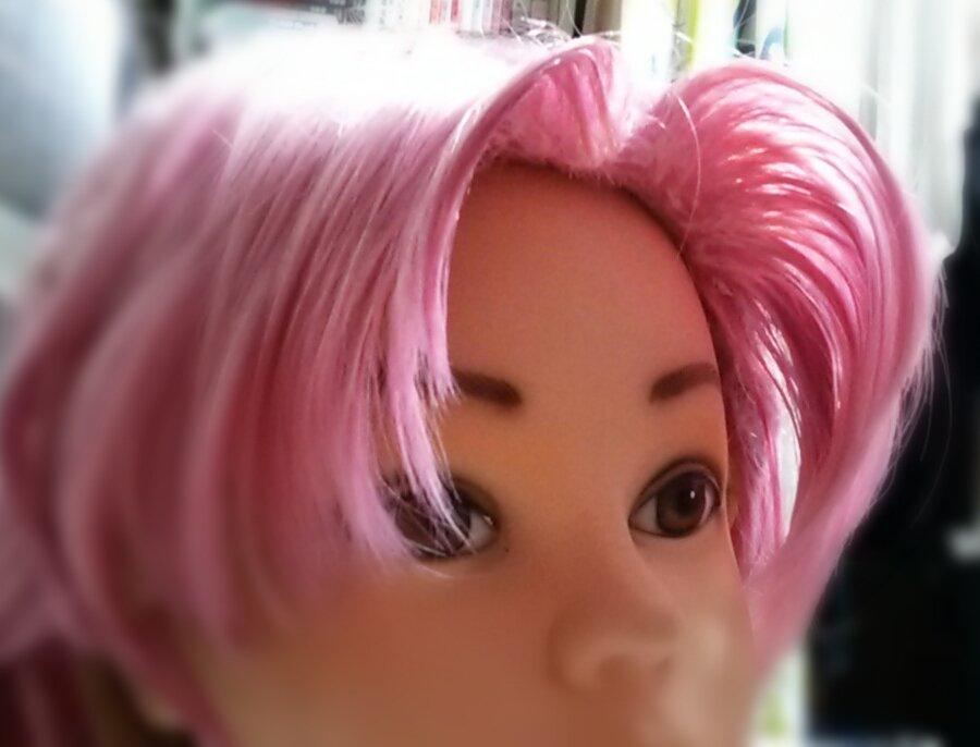 前髪の立ち上げはダイソーのデコパージュ液(トップコート)を生え際にペタペタ塗ってからダッカールでぐい…