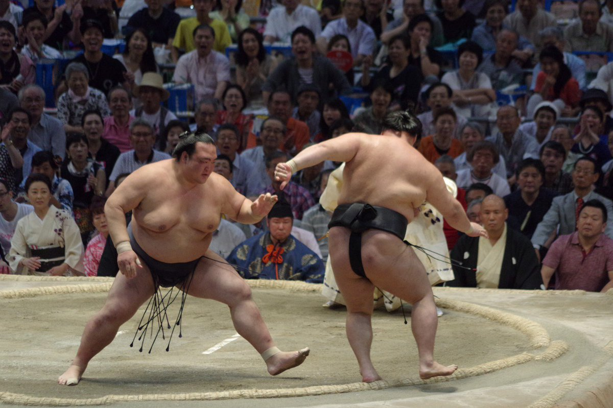 <千秋楽の様子>幕内取組。稀勢の里(12勝3敗) 押し出し 豪栄道(7勝8敗)。#sumo