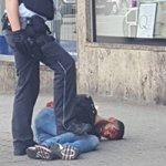 Sirijski migrant s slike z mačeto umoril Nemko in ranil dve drugi na avtobusni postaji. Kaj pravi Angela Merkel? https://t.co/1DKGPBvFG0