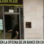 Un toro sorprende al entrar en una entidad bancaria al desviarse de su recorrido en Cheste ► https://t.co/CbJY0iZZTY https://t.co/cWyeQ93fVo