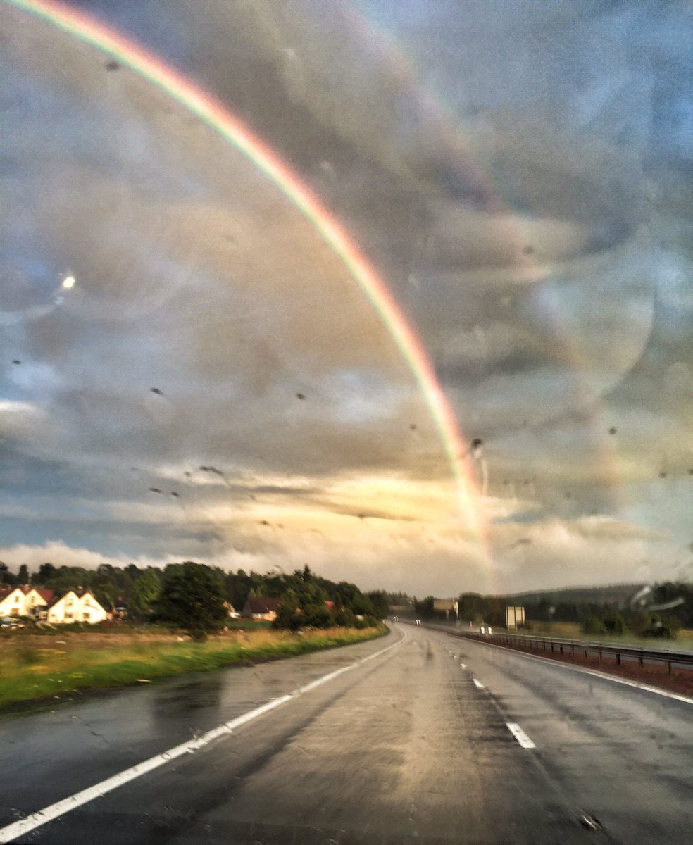 Amazing rainbow over Stirling Castle tonight after Rewind. You guys deserve a warm fire and a stiff drink!#downpour https://t.co/9QSvJUa5b5