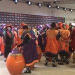 Mientras cantan Jesse y Joy, una cuerda de tambores se apronta para saltar al escenario #PremiosPlatino https://t.co/xB82Q3WKiQ