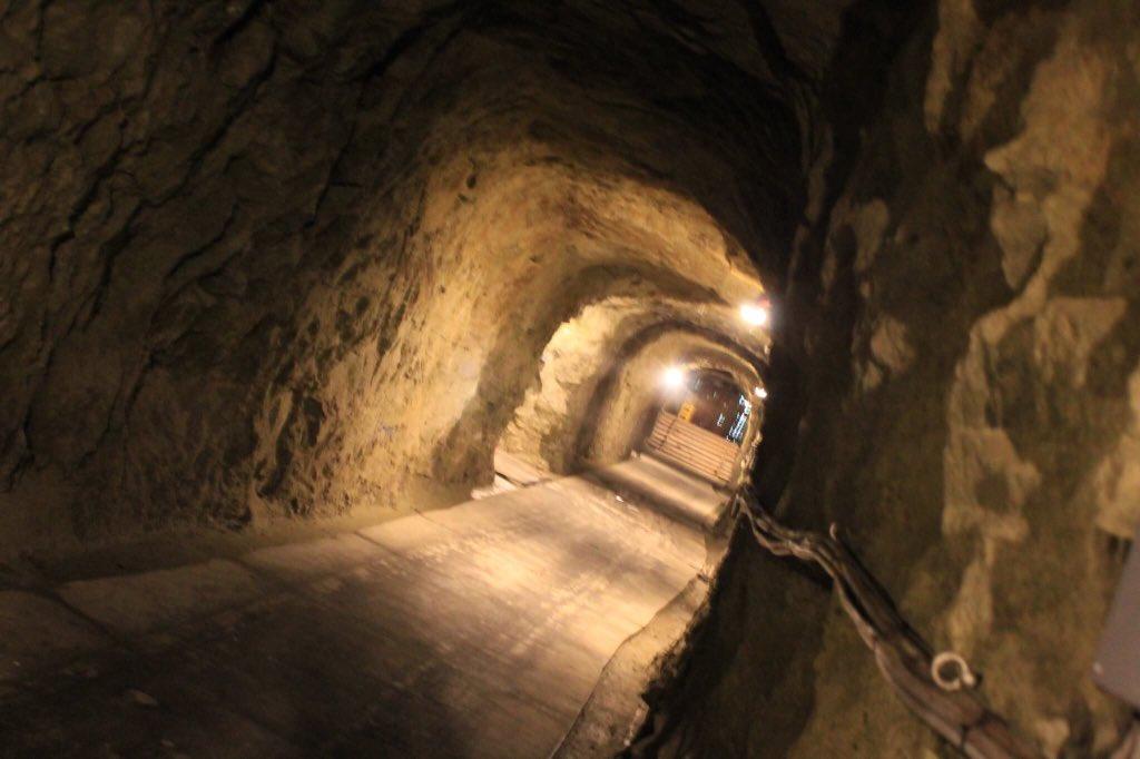 栃木県は那須烏山にて。防空壕を利用した酒蔵は夏場でも摂氏15度以下に保たれています。洞窟という特性柄ドラマのロケに使われ
