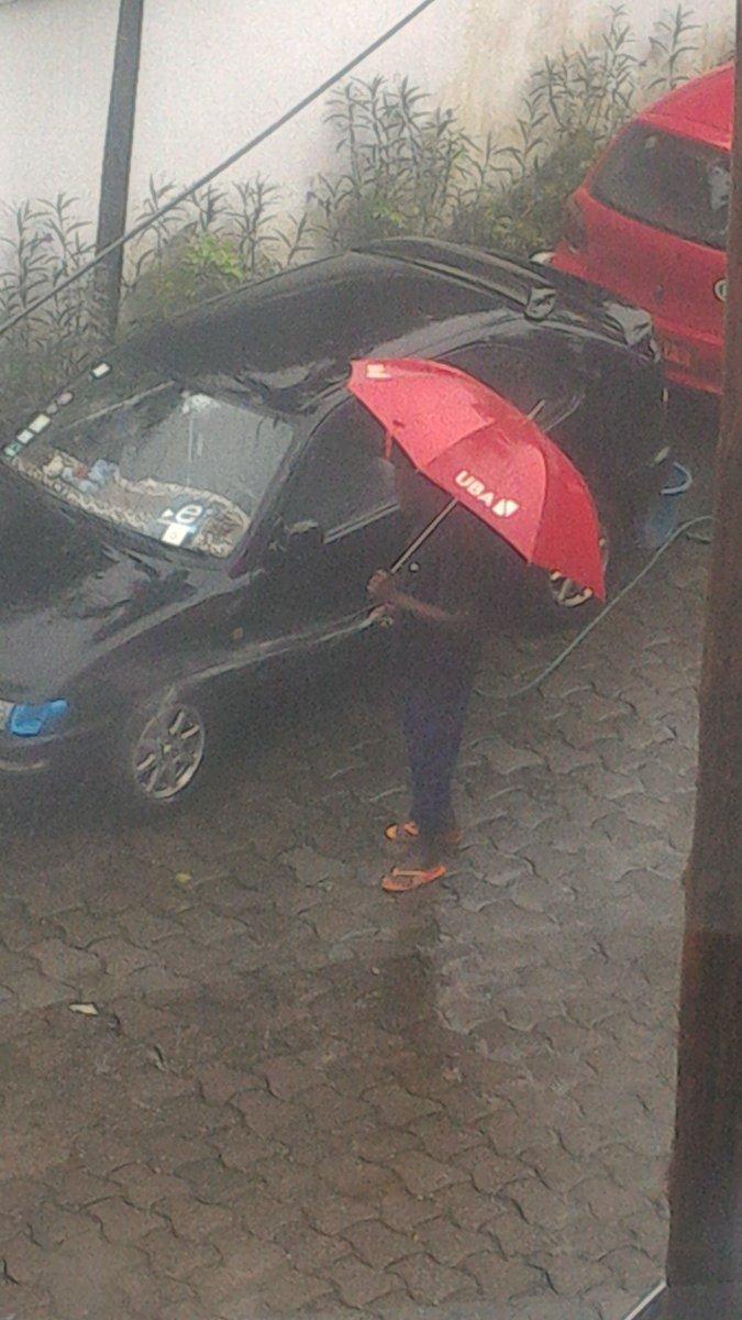 Pendant que certains n'ont pas d'eau au robinet ... D'autre lavent la voiture avec l'eau du robinet sous la pluie https://t.co/TevnB4GCuM