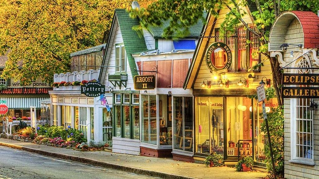 Say hi to the 6 friendliest towns in the US (we bet they'll invite you to stay awhile). 🏡