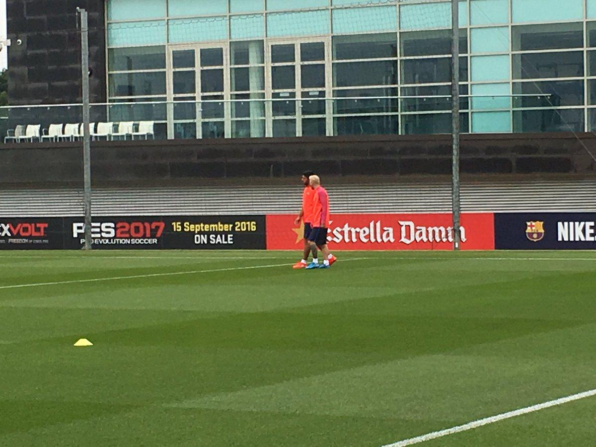 Comença el primer entrenament del Barça a St. George's Park amb Messi estrenant new look #frac1 https://t.co/KAuDimaJFW