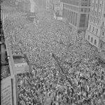 2 milhões de pessoas se reuniram na Times Square para comemorar o fim da segunda guerra mundial, 8 de maio 1945. https://t.co/EHJ3iw94yg