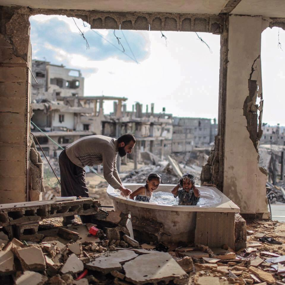 Dad is still having fun with his kids, despite the circumstances! What a beautiful photograph it is! https://t.co/nAd7lYjZMH