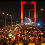Boğaziçi Köprüsünde hain darbecilere karşı kahramanlık destanı yazıldı ! 15 Temmuz Şehitler Köprüsü hayırlı olsun. https://t.co/jncBg4wYxZ