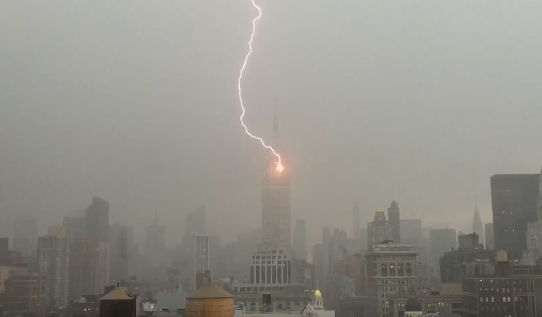 WATCH: Lightning strikes @EmpireStateBldg as strong thunderstorms roll through #NYC. https://t.co/g73j6q8oSA https://t.co/CjPzuyF6Io